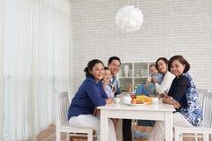 聚集在饭桌上的家庭 图库摄影