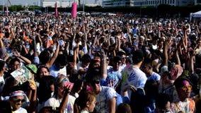 聚集庆祝颜色马尼拉庆祝的青年人人群在城市广场 股票录像