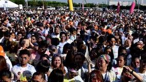 聚集庆祝颜色马尼拉庆祝的青年人人群在城市广场 影视素材
