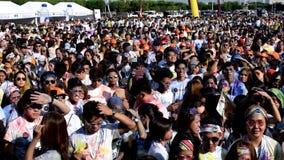 聚集庆祝颜色马尼拉庆祝的青年人人群在城市广场 股票视频