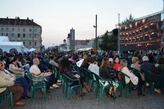 聚集的人们观看从罗马尼亚歌剧院科鲁的活掩护 免版税库存照片