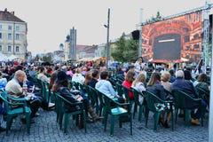 聚集的人们观看从罗马尼亚歌剧院科鲁的活掩护 库存图片