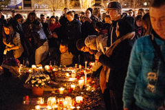 聚集从巴黎攻击的受害者团结的人们 免版税库存照片