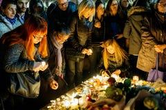 聚集从巴黎攻击的受害者团结的人们 免版税库存图片
