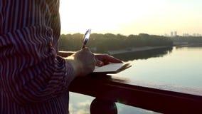 聪慧的人在Slo Mo触击想法并且投入他们下来在笔记薄在一座桥梁 影视素材
