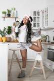 聪慧的女孩在厨房里 免版税库存照片