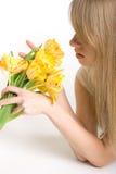 聪慧的女孩性感的tulps黄色 免版税库存图片