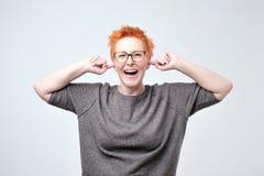 聪慧的成熟caucasain妇女画象有红色头发覆盖物耳朵的用手 库存图片