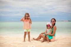 聪慧的母亲和两她的在异乎寻常的海滩的孩子 库存照片