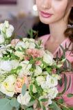 聪慧美丽的甜女孩的女傧相为一个朋友的婚礼做准备桃红色晚礼服的与晚上发型和 库存照片