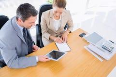 聪明地加工好的同事在业务会议 免版税库存图片