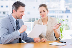 聪明地加工好的同事在业务会议 免版税库存照片