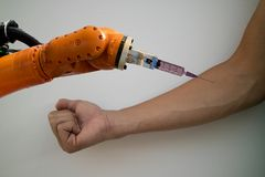 聪明机器人在医疗概念,医生注射的机器人尝试 库存图片
