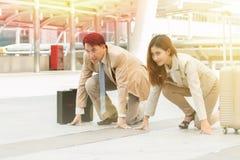 聪明的亚裔站立在开始状态赛跑者的商人和女实业家, 免版税库存照片