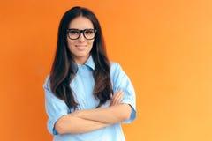 聪明的偶然办公室神色妇女佩带的镜片和蓝色衬衣 免版税库存图片