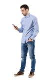 年轻聪明的偶然商人读书消息侧视图在手机的 库存图片