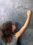 聪明的儿童calculat和解决坚硬数学等式 免版税库存图片