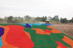 聪明的农业概念,农夫在拖拉机的用途红外线有h的 库存照片