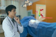聪明的医疗技术概念,医生使用玻璃使用被增添的现实显示患者的胃伤害阿那的 免版税库存照片