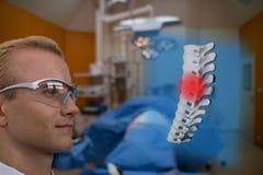 聪明的医疗技术概念,医生使用augm的用途玻璃 免版税图库摄影