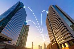 聪明的城市和互联网在蓝色口气,无线communicatio排行 库存图片