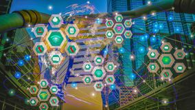 聪明的城市风景,事通讯网络世界中间和无线IOT互联网  免版税图库摄影