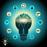 聪明的城市-在剪影电灯泡与先进的聪明的服务,事互联网,社会网络的都市风景 免版税库存照片