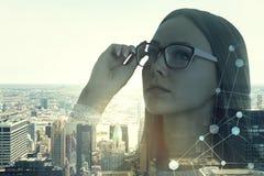 聪明的女实业家在早晨城市,网络 库存图片