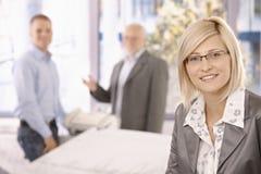 聪明的女实业家在有工友的办公室 库存图片