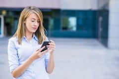 聪明的女实业家照片叫某人由流动telephon 库存图片