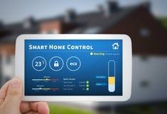 聪明的家庭控制技术 在MOBIL的遥远的自动化系统 免版税图库摄影