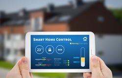 聪明的家庭控制技术 在MOBIL的遥远的自动化系统 库存照片