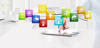 聪明的家庭自动化控制概念手接触数字片剂 免版税库存照片