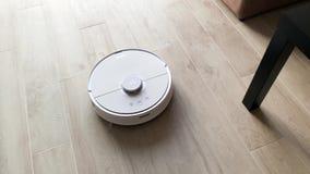 聪明的家 机器人吸尘器执行公寓的自动清洁在有些时光 股票视频