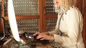 聪明的工作的妇女 免版税库存图片