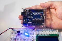 聪明的微型控制器arduino uno现代概念 免版税库存照片