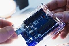 聪明的微型控制器arduino uno现代概念 库存图片
