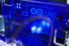 聪明的微型控制器arduino uno现代概念 免版税库存图片
