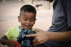 聪明的摄影师和微笑的男孩 免版税图库摄影