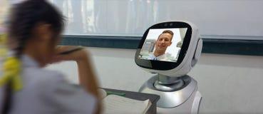 聪明的教育产业未来派概念,有人工智能节目的机器人助理在未来的用途教的stu 免版税库存照片