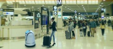 聪明的机器人技术概念,乘客跟随服务机器人对交互查对在机场,机器人可能帮助和美国兵 图库摄影