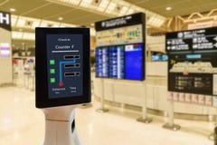 聪明的机器人技术概念,乘客跟随服务机器人对在机场交互查对,机器人可能帮助和美国兵 免版税库存图片