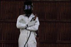 聪明的焊工人和在白色制服的防护盔甲画象有火炬的在工厂 行业概念 图库摄影