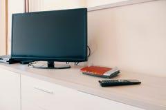 聪明的电视被连接到互联网调制解调器网络 免版税库存照片
