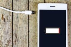 聪明的电话需要充电电池 免版税图库摄影