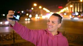 聪明的电话selfie -有采取自画象的美好的微笑的可爱的西班牙人使用智能手机照相机 年轻 影视素材