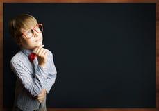 聪明的男小学生 免版税库存图片