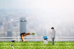 聪明的种田的概念,农艺师或农夫工作在都市或 图库摄影