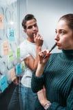 聪明的起始的经理开会议在办公室 垂直 免版税库存图片