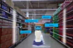 聪明的零售概念,机器人服务用途检查的数据或商店储蓄物品在架子与容易被观看的条形码和 库存照片